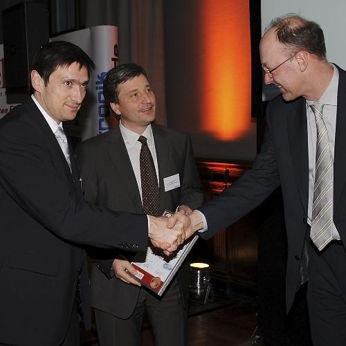 Ingenieur-Software 3. Platz Für die Entwicklungs-Software µVision4 von Keil bekommen René Fabricius (links) und Reinhard Keil (Mitte) die Urkunde zum dritten Platz von Elektronik-Redakteur Joachim Kroll.