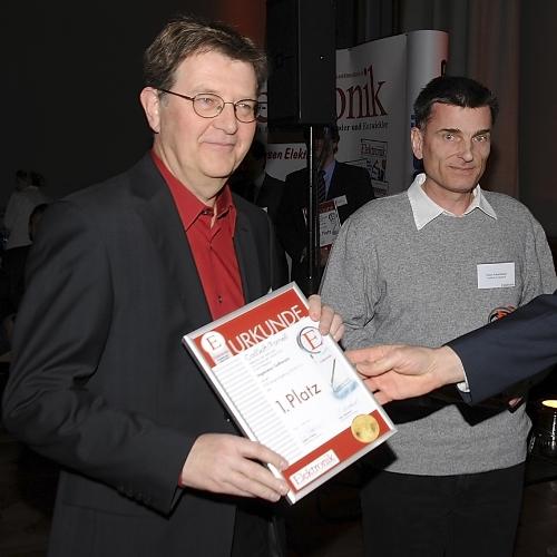 Ingenieur-Software 1. Platz  Wie schon im letzten Jahr: Rudi Hofer (links) und Klaus Schmidinger nehmen den Pokal und die Urkunde für CadSoft entgegen. Dieses mal gan es den Preis für die EAGLE-Version 5.7.