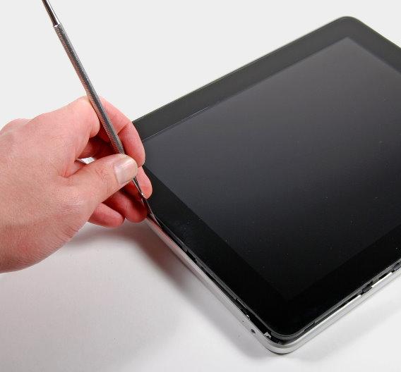 Dem iPad geht's an den Kragen: Mit einem Spatel öffnen die Tüftler von ifixit.com, einem Reparatur-Portal für Apple-Produkte, die Einrastungen zwischen Display und Rückwand.