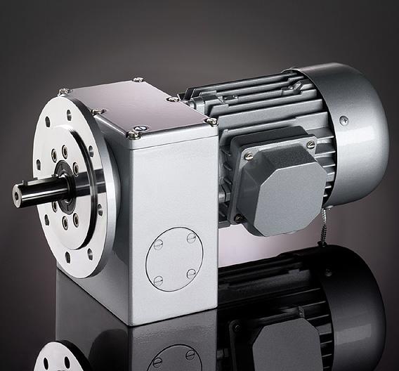 RUHRGETRIEBE (Halle 25, Stand E20): Für hohe Drehmomente bietet Ruhrgetriebe ab sofort das zweistufige Schneckengetriebe »SN 7 F« mit Flansch in der Bauform B5 an. Es hat einen axialen Ausgang und erreicht ein maximales Drehmoment zwischen 72 und 113 Nm. Das Getriebe ist mit qualitativ hochwertigen Radsätzen versehen: Die Schneckenräder bestehen aus Sonderbronze, und die Schnecken aus Stahl sind gehärtet und geschliffen, so dass sie für große Laufruhe sorgen. Standardmäßig ist das Getriebe komplett mit Kugellagern und einer lebensmittel- und pharmatauglichen (nach NSF H1) Dauerschmierung ausgestattet. Erhältlich ist es auch mit Drehstrom- und Gleichstrommotoren für den S1-Betrieb.