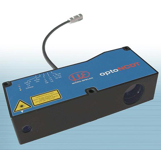 MICRO-EPSILON (Halle 8, Stand D14): Der Laser-Sensor »optoNCDT 1710-1000« hat einen Messbereich von einem Meter, der ab einem Meter Abstand zum Sensor beginnt. Der Sensor erfasst den Abstand also bis zwei Meter. Er arbeitet mit einem in dem 200 mm x 83 mm x 48 mm großen Gehäuse integrierten Controller. Die Messrate liegt bei 2,5 kHz; die Auflösung beträgt ohne Mittelung 100 µm. Der Lichtfleckdurchmesser ist über den gesamten Strahlengang konstant. Als Ausgangsarten stehen 4 bis 20 mA Strom, 0 bis 10 V Spannung, RS422 und USB zur Verfügung.
