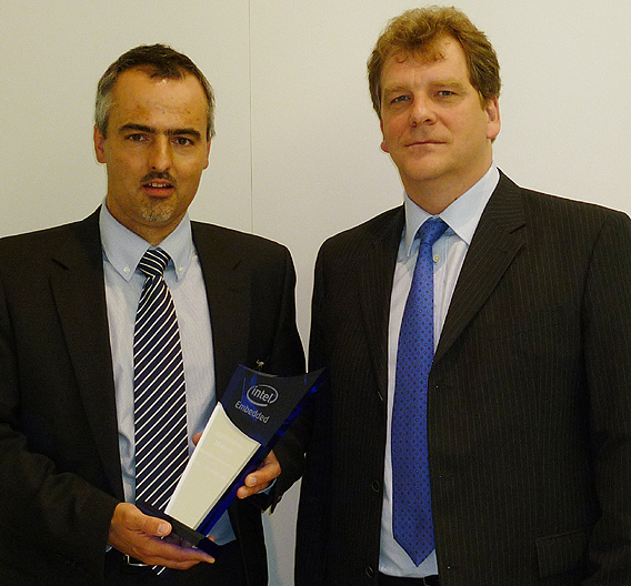 Markus Gabler, Intel, (rechts) überreicht den Pokal für die Anerkennung der 20-jährigen Partnerschaft an Dr. Peter Weckesser, Siemens.