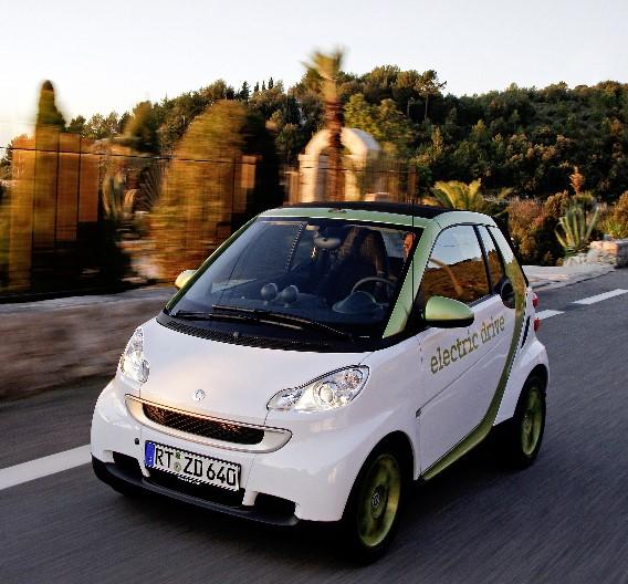 Den Spurt von Null auf 60 km/h schafft der der Elektro-smart in 6,5 Sekunden, seine Höchstgeschwindigkeit ist bewusst und stadtgerecht auf 100 km/h begrenzt.