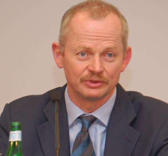 Infineon-Chef Peter Bauer freut sich über den