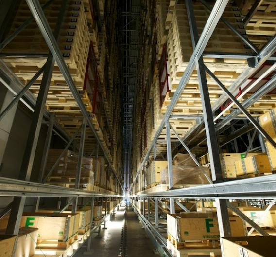 Zwei Palettenkräne verstauen Ware auf 4400 Lagerpositionen.