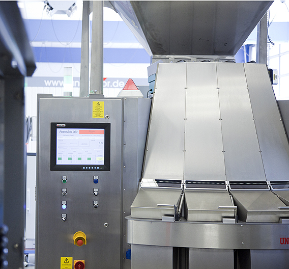 Mit dem nominierten Verfahren kann aus gebrauchten PET-Kunststoffen ein Wertstoff gewonnen werden, der sich zu 100 Prozent zur Herstellung neuer Flaschen eignet.