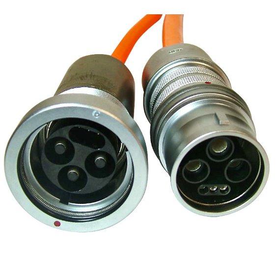 Weil bei einem Lade-Stecksystem vor allem die Kontakte besonders beansprucht werden, hat sich ODU Automotive für den Einsatz von Drahtfederkontakten entschieden, einem langlebigen Kontaktsystem mit mehr als 100.000 Steckzyklen! Die ODU-Steckverbindung befindet sich auf der Kabelseite als Verbindung zum Akku im Auto. Bei einer nur 2,5 Stunden dauernden Aufladephase fließen bis zu 60 A über die 5 mm Leistungskontakte. Zusätzliche Leistungskontakte greifen abgestuft nacheinander ein und stellen die erforderliche Kontaktierungsreihenfolge für die Ladeelektronik her.