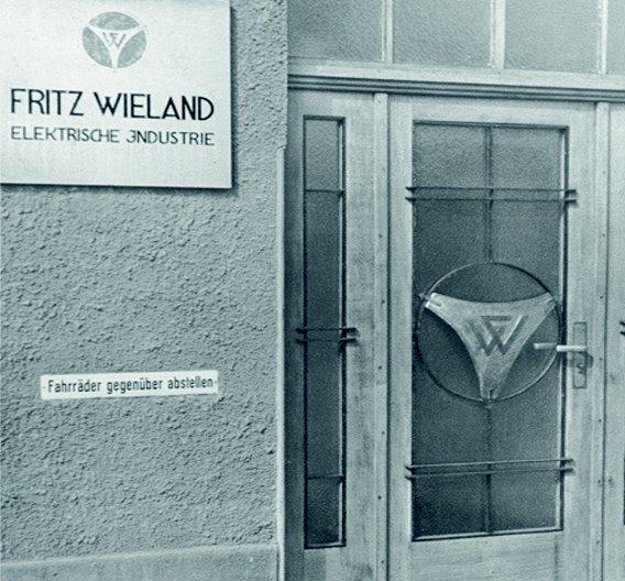 Auf dem Schild zu sehen: Wieland Electric hieß einst »Elektrische Industriegesellschaft«.