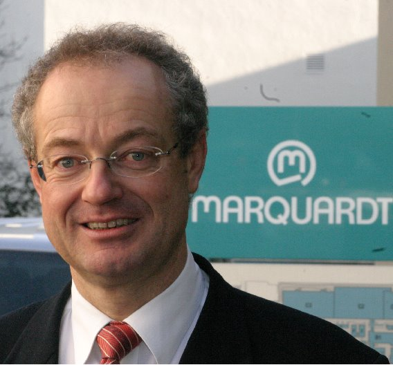 Dr. Harald Marquardt, Sprecher der Geschäftsführung der Marquardt-Gruppe: »Im vierten Quartal 2008 haben wir in allen für Marquardt relevanten Märkten einen massiven Umsatzeinbruch verzeichnet. Auch in den darauf folgenden 12 bis 14 Monaten konnten wir die Vorjahreswerte bei Weitem nicht erreichen. Unser Serienumsatz brach stellenweise um über 50 Prozent ein. Seit etwa einem halben Jahr verzeichnen wir jedoch wieder eine sich ständig verbessernde Auftragslage. Die Märkte haben sich erholt und die Abrufe unserer Kunden haben wieder deutlich zugenommen. Das stimmt uns zuversichtlich, dass wir das Geschäftsjahr 2010 nahe des Niveaus von 2008 abschließen können.«