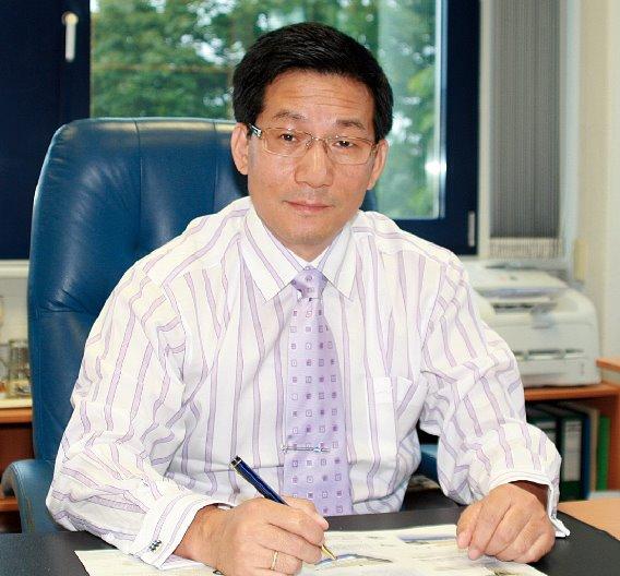 Yine Zhang, Geschäftsführer von N&H Technology:  »Anfang 2009 war ein deutlicher Rückgang des Auftragseingangs zu verzeichnen. Dies war in erster Linie darauf zurückzuführen, dass die Aufträge der Automotive-Branche, insbesondere im Premium-Bereich, eingebrochen waren. Ab September 2009 hat sich die Situation für uns bereits normalisiert. Der Umsatz und der Auftragseingang entwickeln sich heute erwartungsgemäß positiv.«