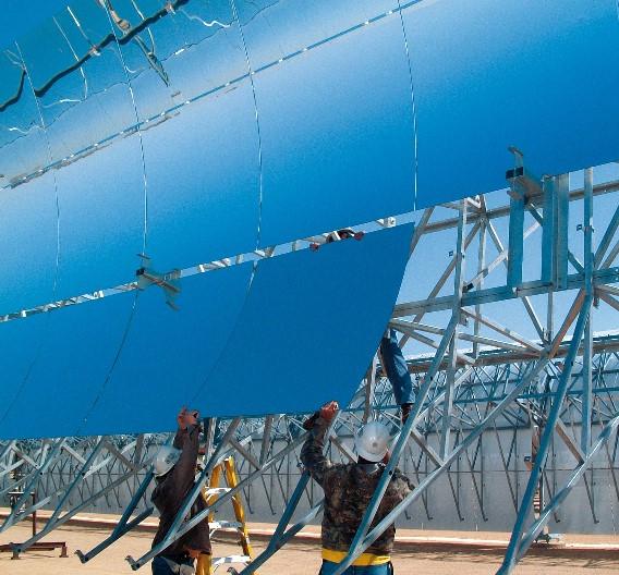 Um die Planung, Genehmigung und Finanzierung der Solarthermischen Kraftwerke kümmert sich das fränkische Unternehmen Solar Millennium mit Sitz in Erlangen. Solar Millenium gilt als Experte beim der Planung von Parabolrinnenkraftwerken, wie sie auch im Rahmen des Desertec-Projektes zum Einsatz kommen sollen.   Hier im Bild zu sehen: Das Bespiegeln des Parabolrinnen-Kollektors