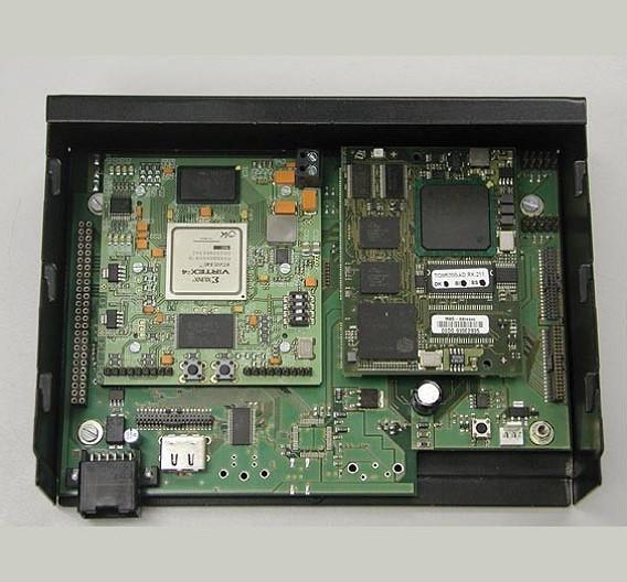 Der Messeauftritt der TU Chemnitz (Halle/Stand: 11/128) widmet sich dem Thema Lokalisierung von mobilen Teilnehmern. Verschiedene geeignete Algorithmen wurden zu Vergleichszwecken in Hard- und Software implementiert und in einem eigens aufgebauten Forschungsnetz mit bis zu 60 Teilnehmern eingesetzt. Bei der Entwicklung der zentralen Verarbeitungseinheit untersuchte das Forscherteam speziell Systeme, die zur Laufzeit rekonfigurierbar sind. Diese Systeme basieren auf der Kombination von CPU und FPGA. Als Betriebssystem kommt Linux zum Einsatz.