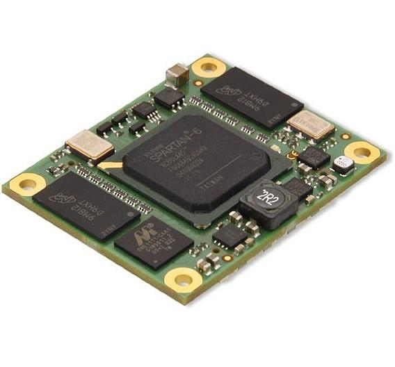 Im Mittelpunkt des Messeauftritts von Trenz (Halle/Stand: 12/536) steht die Familie FPGA-basierender industrieller Mikromodule »TE0600«. Sie wurden für raue Umgebungsbedingungen und einen weiten Einsatzbereich entwickelt. Darauf kommen ein »Spartan-6«-FPGA von Xilinx, ein Gigabit-Ethernet-Transceiver, zwei unabhängige 1-GByte-DDR3-SDRAM-Speicherbänke, 8 MByte Flashspeicher sowie ein leistungsfähiges Schaltnetzteil zum Einsatz. Das Modul ist 50 mm x 40 mm groß. Es wurde als OEM-Modul entwickelt und eignet sich in Kombination mit dem Entwicklungsboard auch für Bildungs- und Forschungszwecke. Ein Referenzdesign für Hochgeschwindigkeits-Datenübertragung per Ethernet ist im Lieferumfang enthalten.