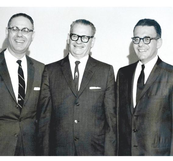 Gründer und CEO Charles Avnet (Mitte)mit den Söhnen Lester und Robert Avnet. Beide fungierten nach der Ära ihres Vaters Charles ebenfalls als CEOs im Unternehmen.