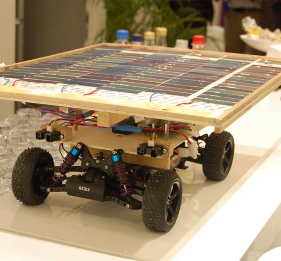 Fünf Schüler des Luise-Schröder-Gymnasiums München haben ein teilautonom fahrendes Modell-Auto mit Solarzellen gebaut, das mit dem Nachwuchspreis ausgezeichnet wurde.
