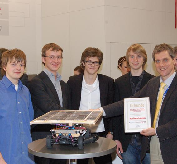 Am Avnet-Memec-Stand auf der embedded world in Nürnberg erhielt das Team des Luise-Schröder-Gymnasium München den Nachwuchspreis.