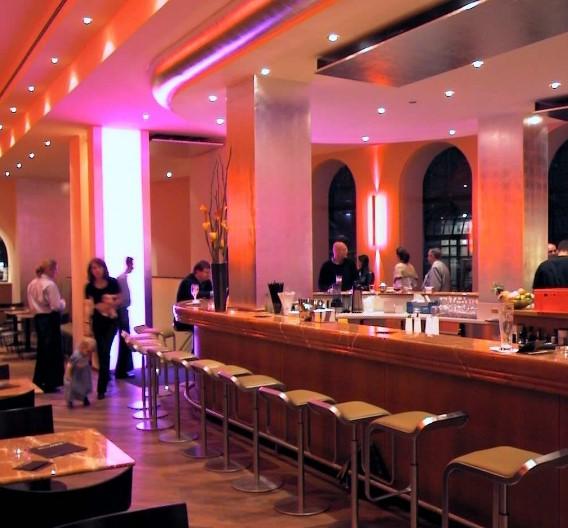 Early Adopter: Schon seit dem Jahr 2002 erstrahlt die Bar im Hotel Anna (in München, am Stachus) in LED-Licht. Der damalige Stand der Technik machte noch den Einsatz von 1800 LEDs von Lumileds (in 12 Leuchten des Herstellers Bocom) notwendig.
