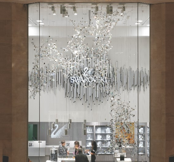 Strahlend präsentieren sich die präzisionsgeschliffenen Kristalle von Swarovski in der Pariser Boutique in der Galerie Carrousel Louvre und an der Champs Élysées. Den beeindruckenden Markenauftritt unterstreicht ein hochwertiges LED-Lichtkonzept von Zumtobel, das die exklusiven Exponate adäquat in Szene setzt.