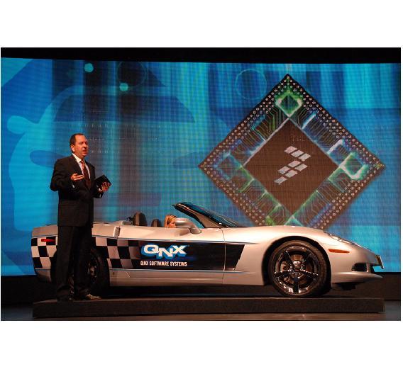 Auch Klischees müssen bedient werden: Freescales Marketing-Chef Steve Nelson zeigte ein per Tablet bedienbares Auto nebst attraktiver Blondine am Steuer.