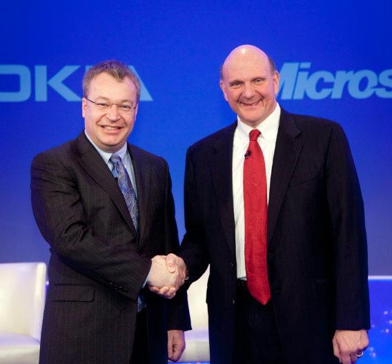 Nokia-CEO Stephen Elop (links) verkündet zusammen mit Microsoft-Chef Steve Ballmer, dass Nokia zukünftig auf Windows Phone setzen wird - der größte Fehler in Elops Amtszeit.