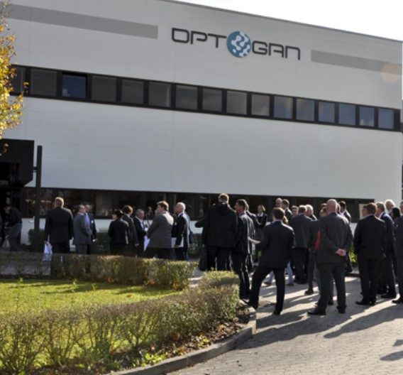 Das ehemalige Hitachi-Halbleiterwerk mit seinen verfügbaren 4.000 m² Reinraumfläche ist der Grundstein von Optogans Fertigungswerk in Landshut