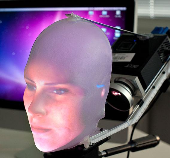 Wissenschaftler des Exzellenzclusters CoTeSys der Technischen Universität München haben ein 3-dimensionales Robotergesicht entworfen, das menschenähnlich mit Sprache und Mimik kommuniziert.