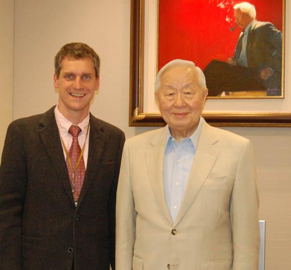 Gerhard Stelzer, Chefredakteur der Elektronik, zusammen mit Chang in dessen Büro.