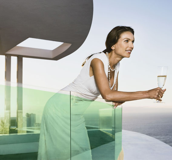 Die Solarfolie wird zwischen zwei Glasplatten integriert und schon liefert der Balkon Strom. Die Ästhetik leidet nicht darunter.