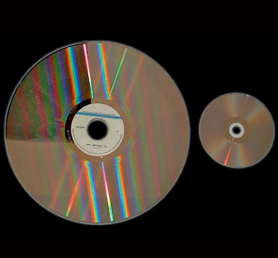 Eine Laserdisc (links) im Vergleich mit einer DVD (rechts).