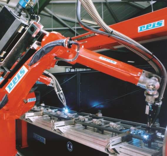 Roboter von Reis Robotics bei der Arbeit an einer Leiter. Maschinen entwickeln sich verstärkt zu mechatronischen Gesamtsystemen, was ihr Engineering und die entsprechenden Engineering-Tools immer komplexer macht. Automatisierungstechnik-Anbieter müssen sich darauf einstellen und mit möglichst bedienerfreundlichen Tools die Komplexität verringern.