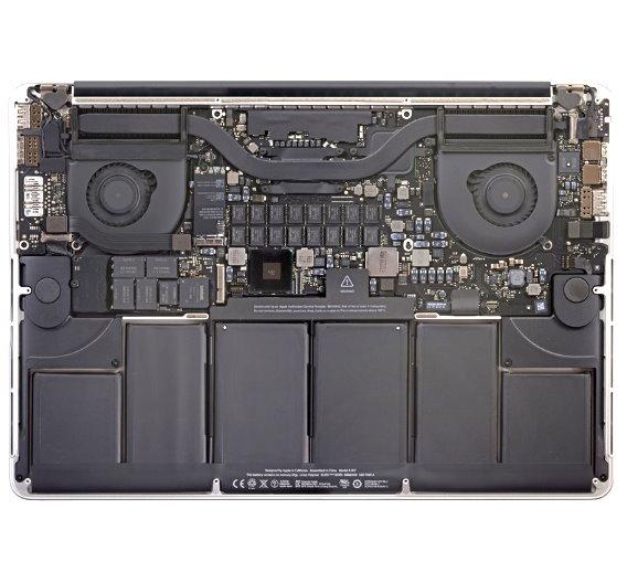 …doch nicht lange: Nachdem die Rückplatte und das Display entfernt wurden, sieht das MacBook schon ganz anders aus. Das erste Board, das unser Interesse wecktm, ist das SSD-Speichermodul, hier links zwischen Lüfter und Akkus platziert. In der Nahaufnahme… <a href=