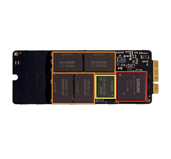… erkennt man die einzelnen ICs:  Rot:  Samsung S4LJ204X01 3-Core ARM SSD Controller Chip; Orange:  Samsung 213 K9UHGY8U7A 20 nm MLC NAND ICs; Gelb:  Samsung 201 K4T263140F 256 MB DDR2-800 Cache Memory. <a href=