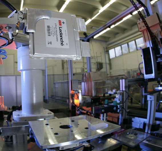 So sieht eine fertige Lithium-Titanat-Zelle dann aus, wenn sie den vollautomatisierten Produktions-Prozess verlässt.