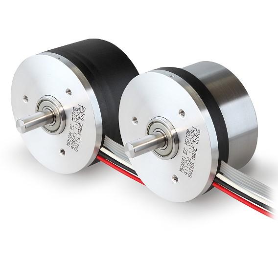 Neu von Maxon Motor ist der flache Motor »EC 60 flat« mit MILE-Encoder (Maxon's Inductive Little Encoder). Der Motor entspricht der Schutzart IP54 und erreicht ein Drehmoment von bis zu 319 mNm. Das Funktionsprinzip des Encoders beruht auf der Messung hochfrequenter Induktivfelder, die Wirbelströme in einer elektrisch leitenden Zielscheibe erzeugen.