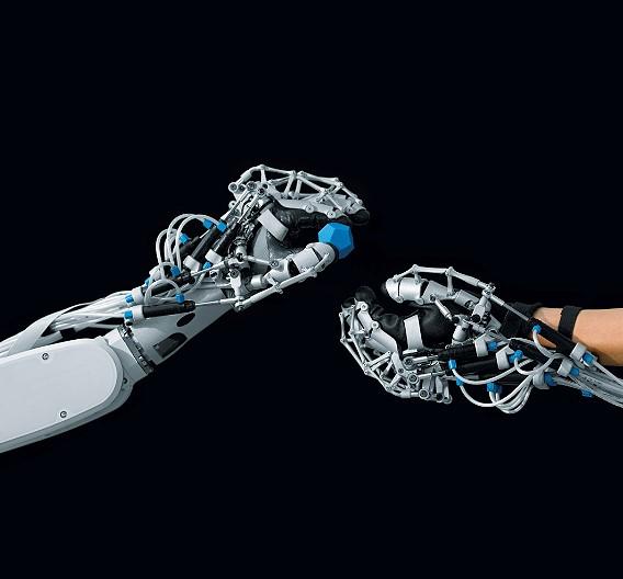Als Exoskelett kann die »ExoHand« wie ein Handschuh angezogen werden. Mit ihr lassen sich Finger aktiv bewegen, die Kraft der Finger verstärken sowie Bewegungen der Hand aufnehmen und in Echtzeit auf Roboterhände übertragen. Die »ExoHand« stützt die menschliche Hand von außen, bildet deren Beweglichkeit nach und unterstützt deren Greif- und Tastfunktionen.