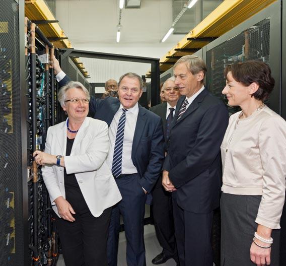 Mitten im schnellsten Rechner Europas überzeugen sich Bundesministerin Prof. Dr. Schavan und Staatsminister Dr. Heubisch eigenhändig von der Funktion der Warmwasserkühlung.