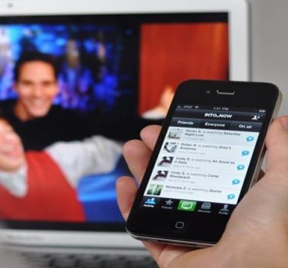 Viele Menschen nutzen während des Fernsehens soziale Medien