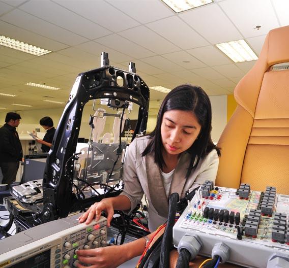 Victoria Penas, Systemtest-Ingenieurin in Singapur, beim Testen von Elektroniksystemen für Sitze.