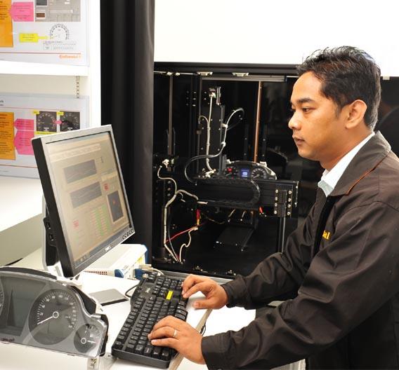 Tint Soe Min, Testingenieur in Singapur, beim Testen von neuen Fahrzeuginstrumenten.