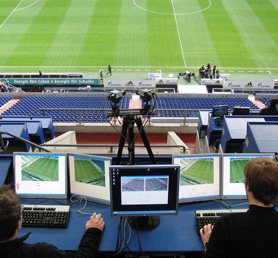 Das VIS.TRACK -System im Einsatz: 5 Monitore zeigen gleichzeitig die Videodaten der 2 HD-Kameras an. Pro Mannschaft überwacht ein Scout die korrekte Zuordnung der einzelnen Spieler