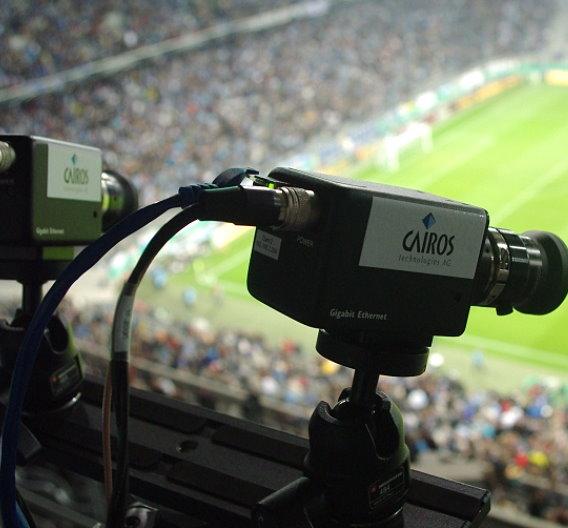 Eine HD-Kamera pro Spielfeldhälfte nimmt  die Bewegungen aller Akteure auf.