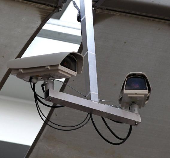 Fest im Stadion installiertes Kamera-Paar mit wetterfestem Schutzgehäuse.