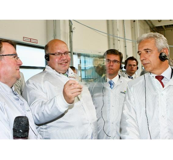 Bundesumweltminister Peter Altmaier bestaunt eine durchsichtige Solarfolie
