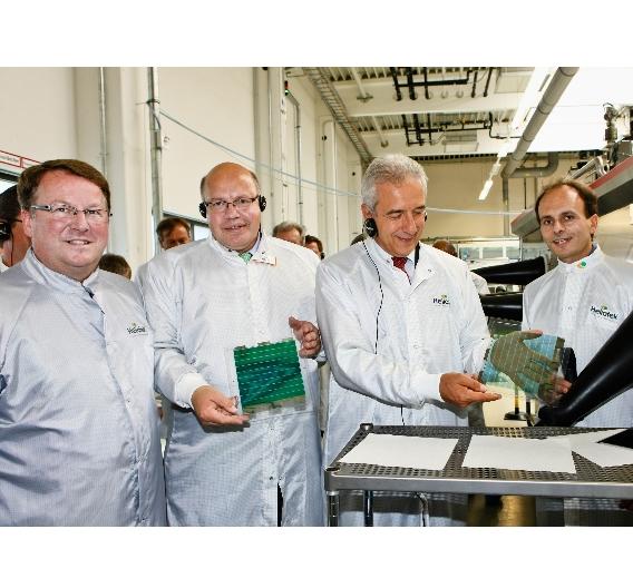 Bundesumweltminister Peter Altmaier und Ministerpräsident Stanislaw Tillich präsentieren durchsichtige Solarfolien