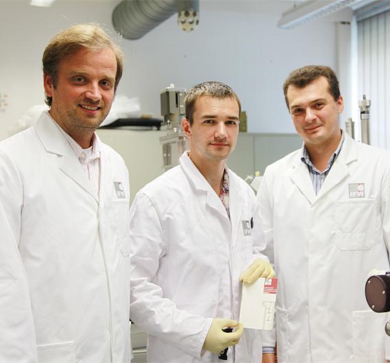 Das Forscherteam (v.l.): Prof. Dr. Oliver G. Schmidt (IFW Dresden und TU Chemnitz), Daniil Karnaushenko (Doktorand an der TU Chemnitz) und Dr. Denys Makarov (IFW Dresden.