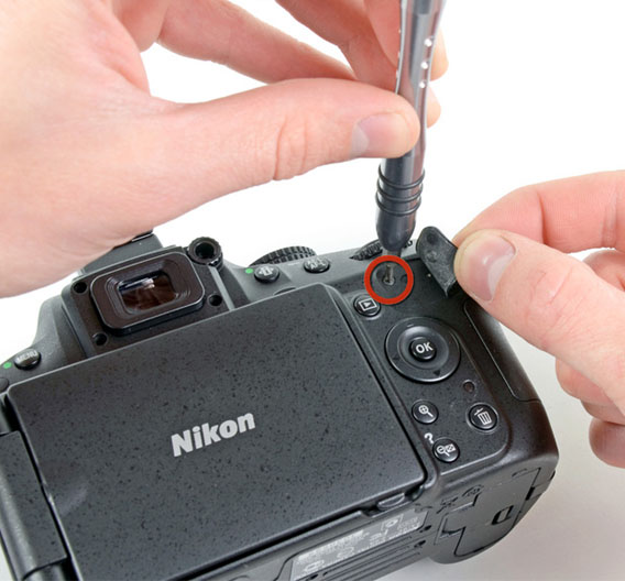 Die Experten von iFixit wollten wissen, was in der Kamera steckt. iFixit ist die Reparatur-Website für alle möglichen elektronischen Konsumgeräte. Los geht es mit den Schrauben. iFixit spricht von unglaublich vielen Schrauben, die selbst an verdeckten Stellen, also etwa unter Abdeckungen, auftauchen. <a href=