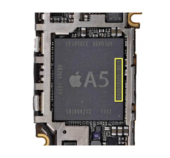 Unter dem A5-Prozessor befinden sich höchstwahrscheinlich die gestackten DRAM-Module. Dabei handelt es sich um 2 Dies mit 2 Gbit Speicherkapazität. Anhand der Bezeichnung (gelb) auf dem A5-Prozessor, haben die Experten von iFixit herausgefunden, dass der Speicher von unterschiedlichen Herstellern stammt: auf dem Bild ist der Prozessor der australischen Version des iPhones zu sehen, die DRAMs stammen dabei von Elpida.