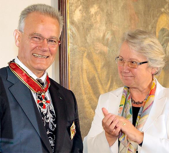 Bundesforschungsministerin Annette Schavan überreichte dem scheidenden Fraunhofer-Präsidenten Prof. Dr.-Ing. Hans-Jörg Bullinger das Bundesverdienstkreuz.