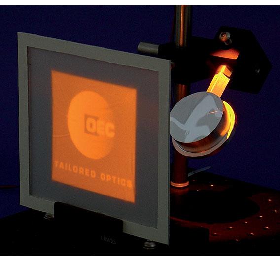 Bild 2. Demonstrator eines Freiformspiegels, der das OEC-Logo erzeugt
