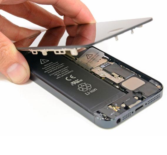 Nachdem die ersten Apple-typischen Pentalob-Schrauben an der Unterseite des Gehäuses gelöst sind, kommt der Saugnapf zum Einsatz. Das Display lässt sich dadurch sehr einfach entfernen. Von iFixit gibt das Pluspunkte, denn beim iPhone 4S brauchten die Techniker 38 Schritte um das Display herauszulösen. Sollte das Display kaputt sein, lässt es sich also leicht reparieren.